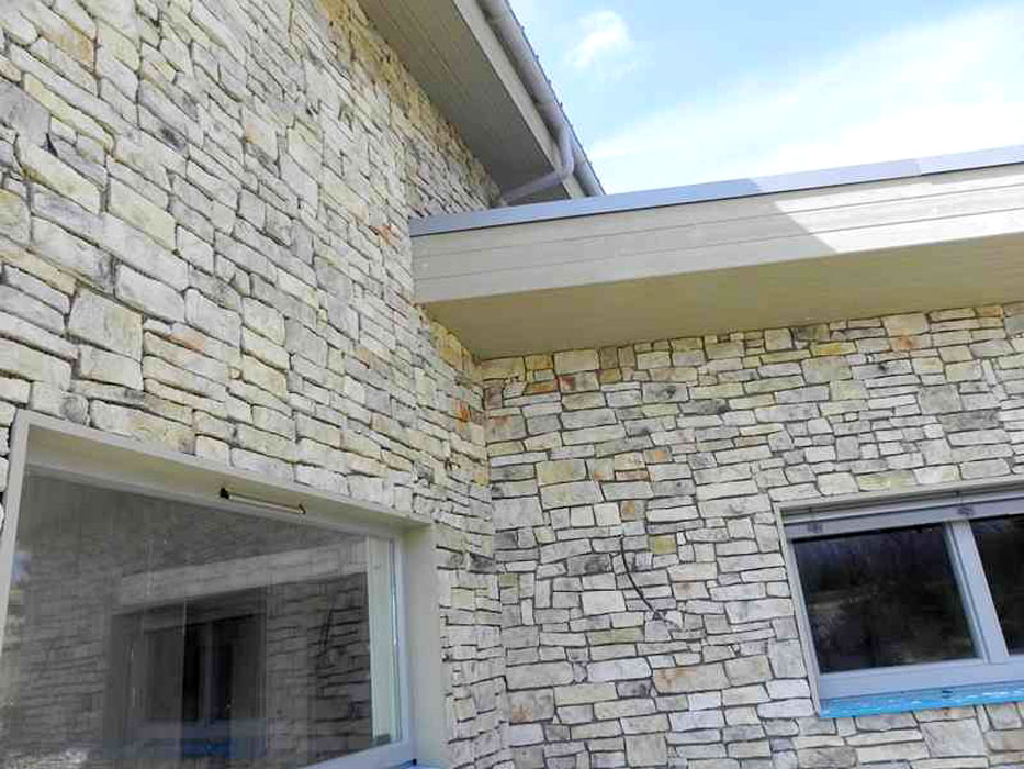 Villa contemporaine avec habillage pierres de parement for Modele de mur en pierre exterieur